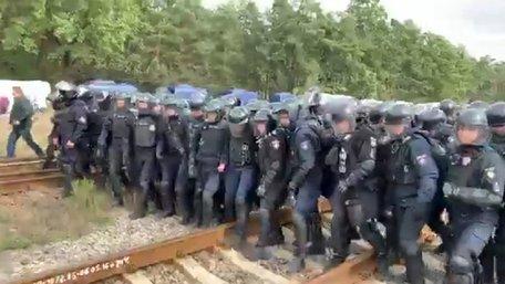 Поліція розганяє людей, які блокують російські вагони із вугіллям у Соснівці