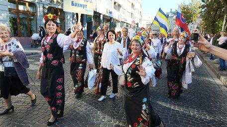 Близько тисячі пенсіонерів пройшли ходою центром Львова. Фото дня
