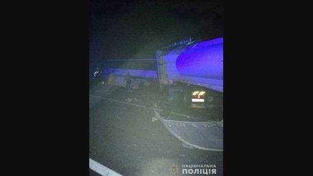 На трасі Київ-Чоп вантажівка влетіла в автобус на узбіччі, 9 загиблих