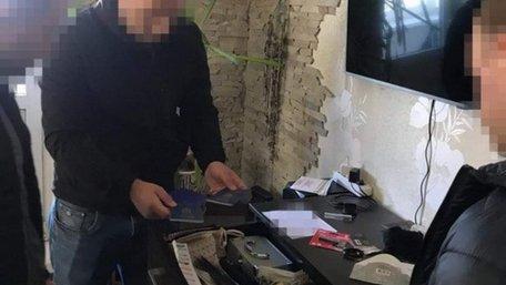 В лісі біля Києва викрили банду «чорних» реєстраторів, яка працювала чотири роки