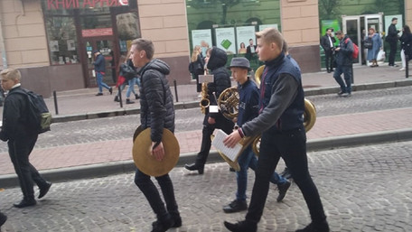 На «похороні» начальника львівської поліції зіграв шкільний оркестр