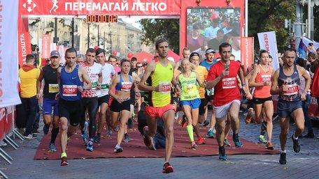 Близько 4000 бігунів взяли участь у львівському напівмарафоні. Фото дня