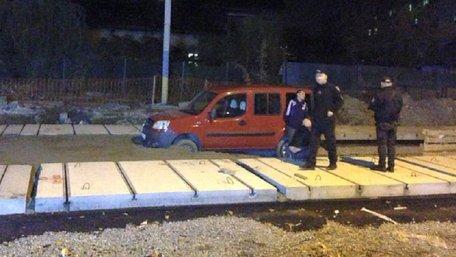 П'яний водій застряг у свіжому бетоні на закритій для ремонту вулиці у Львові. Фото дня