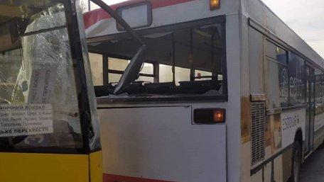 На пропекті Чорновола у Львові зіткнулися два маршрутні автобуси