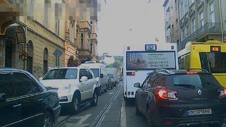 Поліція показала, як львівські водії пропускають спецтранспорт з сиреною