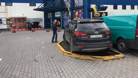 Львівська бізнесвумен залишила автомобіль на газоні посеред вільної парковки. Фото дня
