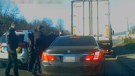 У Львові вантажівка заблокувала BMW, водій якого під наркотиками втікав від патрульних
