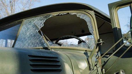 Вантажівку з українськими військовими на Донбасі підбили протитанковою ракетою