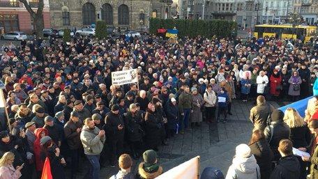 Більше тисячі людей вийшли на мітинг проти капітуляції у Львові. Фото дня
