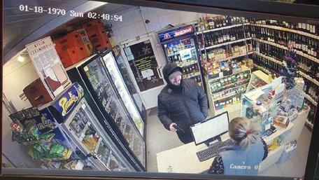 Озброєний злочинець потрапив на відеокамери під час пограбування крамниці у Львові