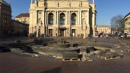 У Львові почали демонтаж фонтану перед Оперним театром