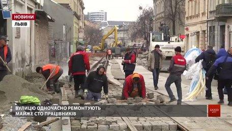 Вулицю Замарстинівську ремонтують майже сто працівників у дві зміни