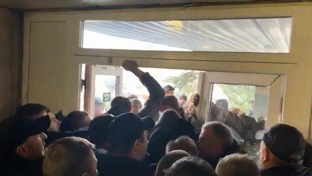 Вуличні «активісти» штурмом увірвалися на сесію Львівської міськради