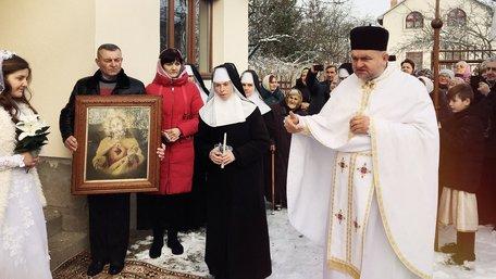 У Львові відлучений від церкви священик посвятив у монахині дівчину у весільній сукні