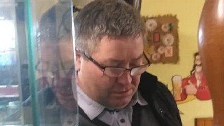 Сільський голова на Львівщині кинув графином в офіціантку після відмови принести шашлик