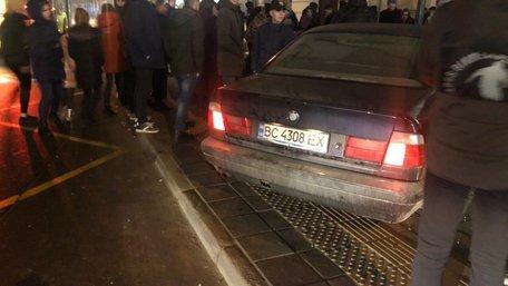 Біля ТРЦ Forum Lviv автомобіль в'їхав у зупинку з людьми
