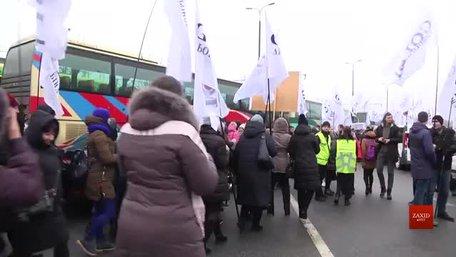Кілька сотень рівненчан пікетували львівський аеропорт та управління ДПСУ