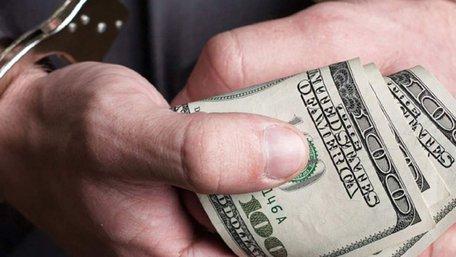 В центрі Полтави на хабарі у  85 тис. доларів затримали податківця