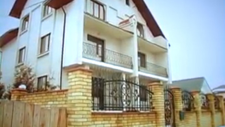 Львівського екс-нардепа спіймали за зливом нечистот з власного будинку просто на вулицю