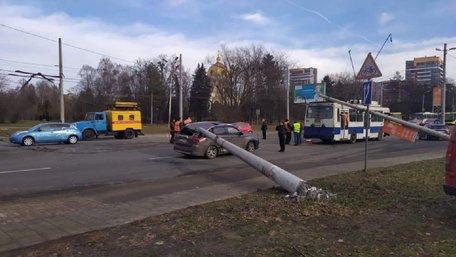 На вул. Науковій у Львові дві електроопори впали на тролейбус та автомобіль