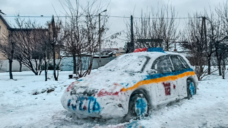 У Дніпрі невідомі зліпили зі снігу поліцейський автомобіль. Фото дня