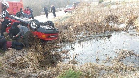 Audi 80 з тілами чотирьох молодих хлопців знайшли в озері на Яворівщині