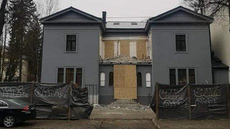 На фасаді вілли Бачевських демонтували незаконну скляну прибудову