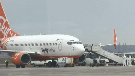 Літак з евакуйованими з Китаю українцями приземлився у Києві