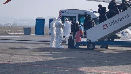 Евакуйовані з Китаю українці повернулись на Батьківщину. Фото дня