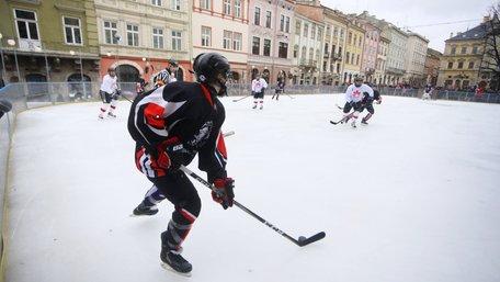 На ковзанці у центрі Львова «Галицькі леви» зіграли в хокей з канадськими військовими