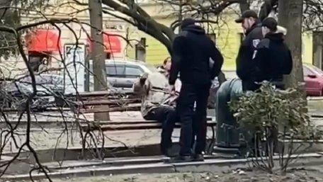 Муніципали побили нетверезого чоловіка, який діймав туристів у центрі Львова