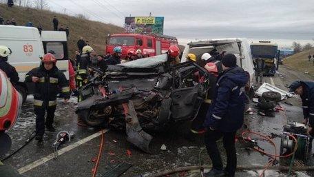 На трасі Київ-Чоп на об'їзній дорозі Львова у ДТП потрапило 6 автомобілів