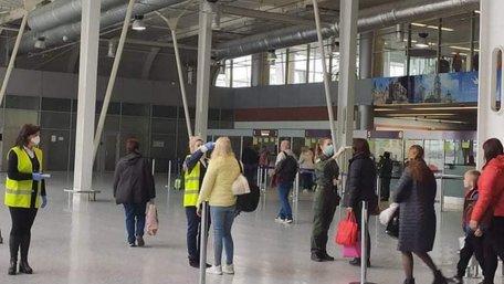 У пасажирів львівського аеропорту перевіряють температуру. Фото дня