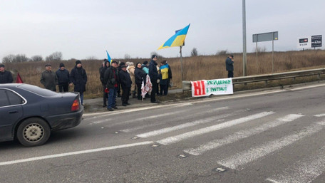 Мешканці кількох сусідніх сіл заблокували два в'їзди у Львів