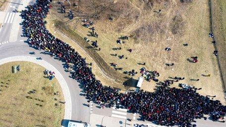 Тисячі українців чекають на кордоні повернення додому. Фото дня