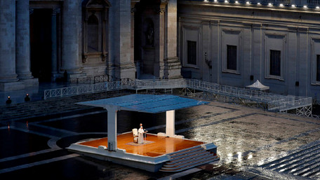 Папа Римський помолився на порожній площі святого Петра у Ватикані