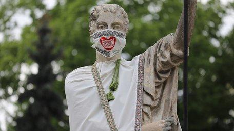 Скульптури у центрі Львова одягнули у вишиті маски