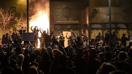 У США спалили відділок поліції через загибель затриманого афроамериканця