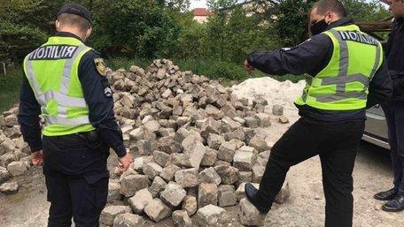 На приватному подвір'ї у Винниках знайшли давню львівську бруківку