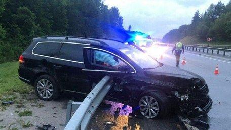 У ДТП на трасі Київ-Чоп біля Львова відбійник наскрізь пронизав автомобіль, водій загинув