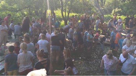 Близько сотні людей влаштували масове купання у джерелі біля Львова. Відео дня