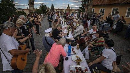 Закінчення карантину у Празі відсвяткували масовим застіллям. Фото дня