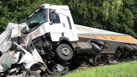 Біля Львова вантажівка розчавила мікроавтобус, водій загинув