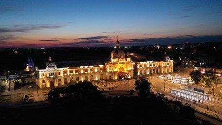 Головний залізничний вокзал Львова отримав нову підсвітку. Фото дня