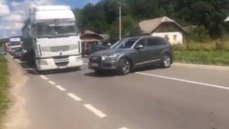 Блокувальники траси на Львівщині не пропустили автомобіль голови ЛОДА