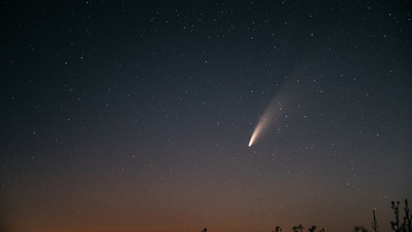 У небі над Україною видно унікальну яскраву комету. Фото дня
