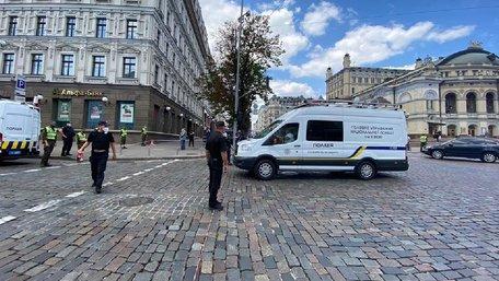 У центрі Києва невідомий захопив заручників у банку