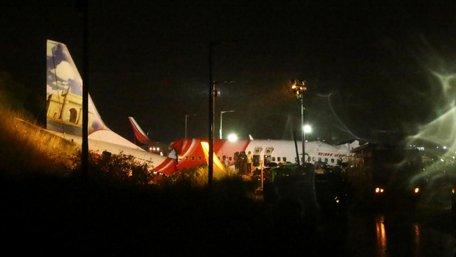 Пасажирський літак розламався навпіл під час заходу на посадку в Індії