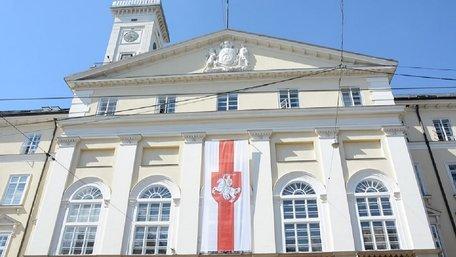 На львівській Ратуші вивісили історичний прапор Білорусі. Фото дня