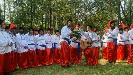 Паломники-хасиди у козацьких строях заспівали гімн України. Відео дня